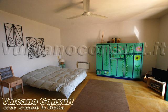 S1 bianco monolocale in villa eoliana a s salvatore - Angolo studio in camera da letto ...
