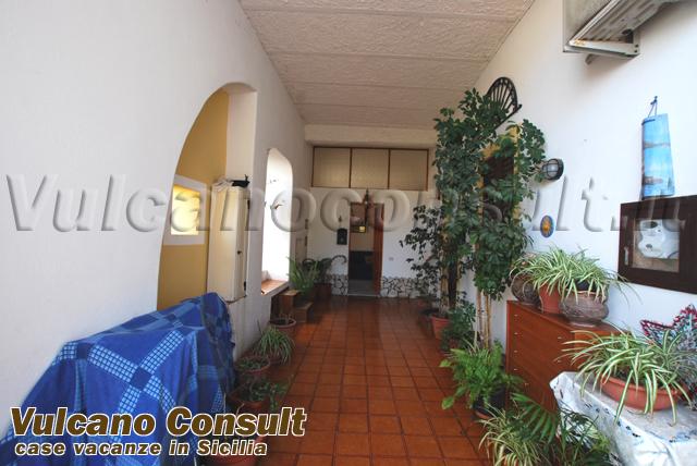 Vendesi casetta con giardino in localit canneto lipari for Casetta con seminterrato