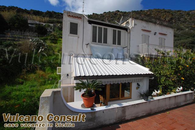 Casetta con giardino a canneto lipari vendite immobiliari for Casetta con seminterrato