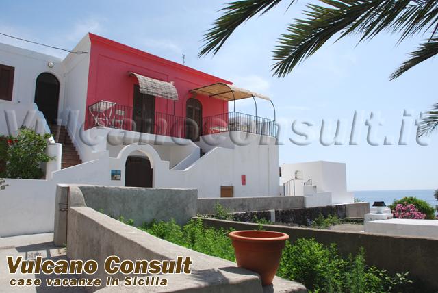 Casa su due livelli con vista e giardino a stromboli id9092 for Aggiunte a casa su due livelli